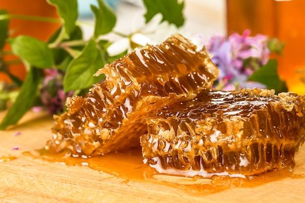 Miel bio naturel sur une table en bois closeup