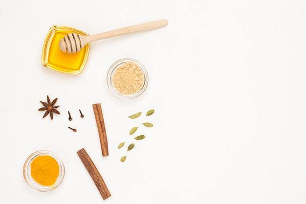 Miel et cardamome, bâtons de cannelle et curcuma