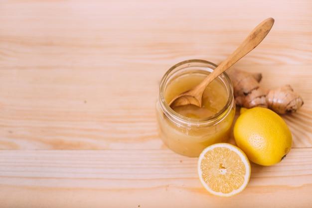 Miel, citron et racine de gingembre.