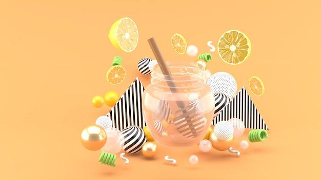 Miel et citron vert au milieu de boules colorées sur un espace jaune