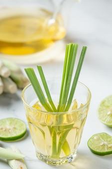 Miel de citronnelle et jus de citron produits alimentaires et boissons à partir d'extrait de citronnelle concept de nutrition alimentaire.
