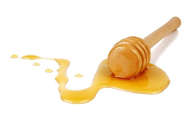 Miel coulant d'un bâton en bois