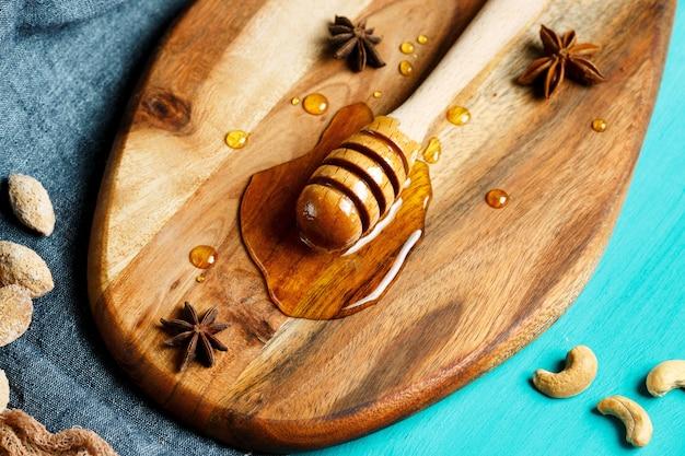 Miel avec cuillère spéciale, gros plan