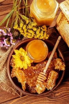 Miel, dans, pot, à, miel, louche, sur, bois vintage