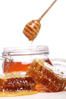 Miel dégoulinant d'une cuillère en bois