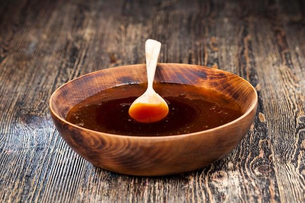 Miel doux actuel épais et délicieux, un produit alimentaire naturel et sain créé par les abeilles, le miel d'abeille naturel a une consistance visqueuse et épaisse