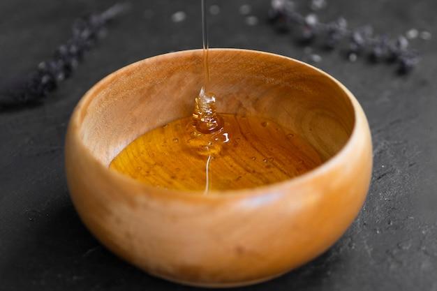 Miel fait maison dans un bol en bois