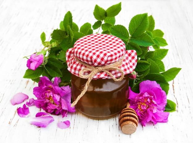Miel et fleurs roses