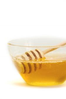 Miel sur fond blanc mise au point sélective. aliments.