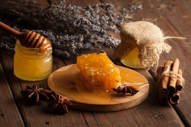 Miel sur fond en bois.