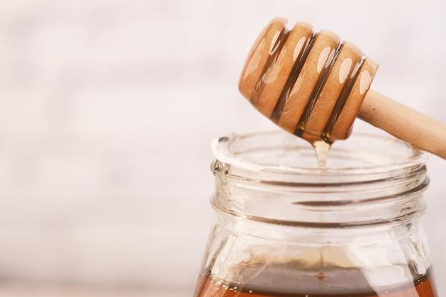 Miel frais avec cuillère sur table