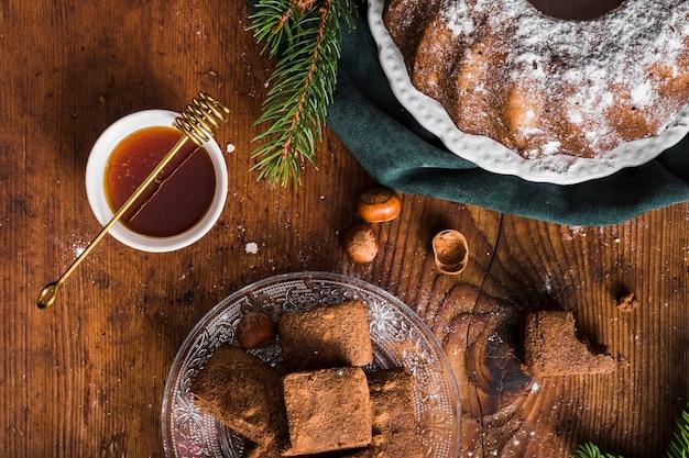 Miel avec gâteaux faits maison vue de dessus