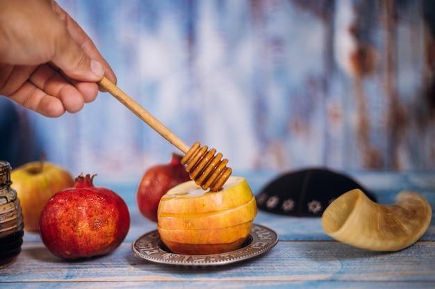 Miel sur la grenade et les pommes