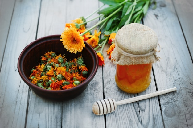 Miel et herbes, mode de vie sain, fleur de calendula