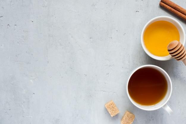Miel liquide et une tasse de café avec du sucre fond clair