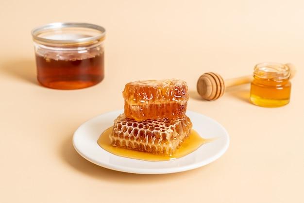 Miel et nids d'abeille frais