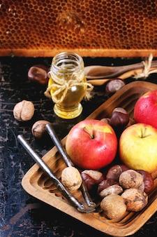 Miel, noix et pommes