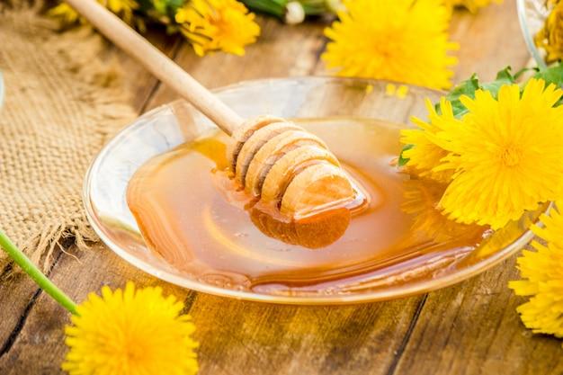 Miel de pissenlit et une tasse de thé. mise au point sélective.