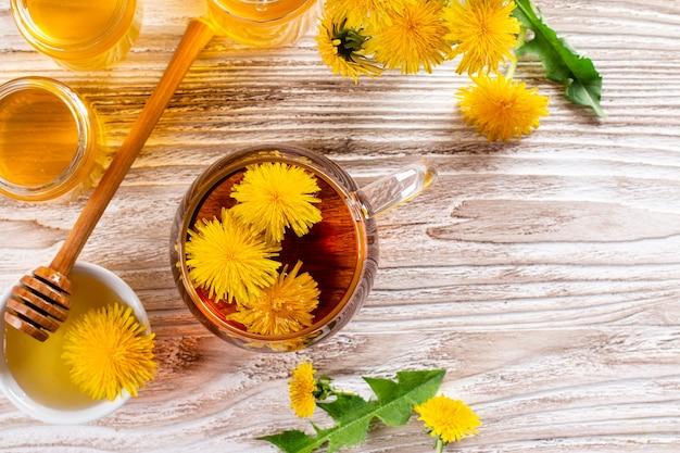 Miel de pissenlit et une tasse de thé