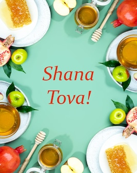 Miel, pomme et grenade sur fond vert menthe. concept nouvel an juif joyeuses fêtes roch hachana. disposition créative des symboles traditionnels. cadre pour cartes. espace de copie. shana tova.