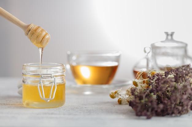 Miel en pot de verre et cire en nid d'abeilles