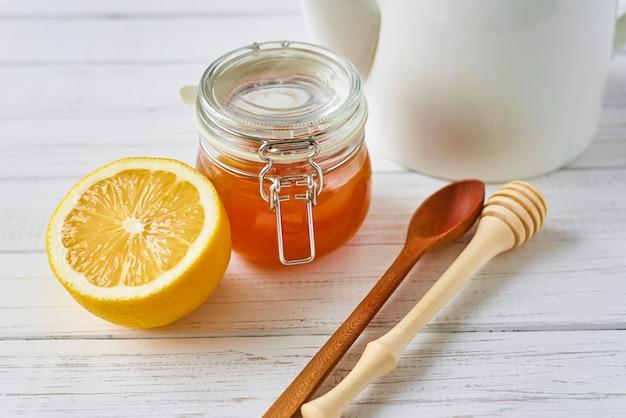 Miel en pot de verre et citron