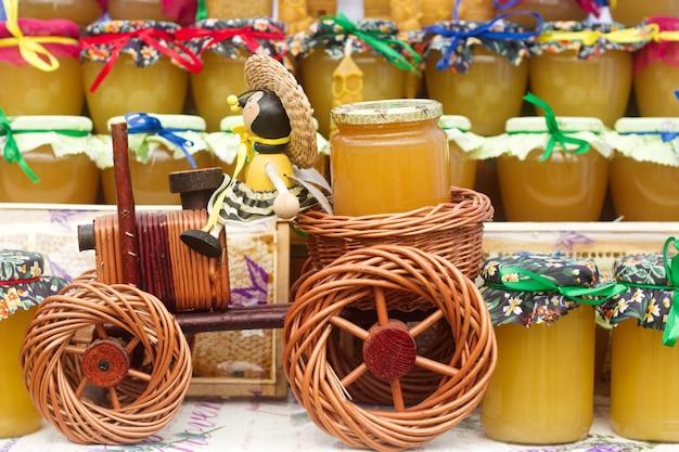 Miel en pots de verre lors d'une exposition agricole.
