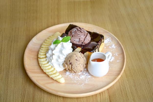 Miel santos avec glace et crème fouettée