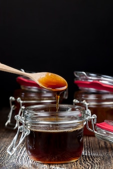 Miel de sarrasin épais et doux de couleur rouge foncé de fleurs de sarrasin