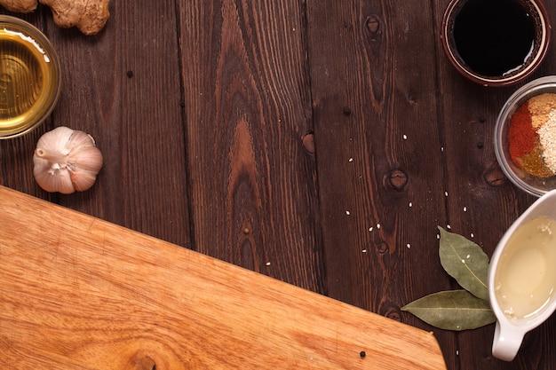 Miel, sésame, gingembre sur une table en bois.