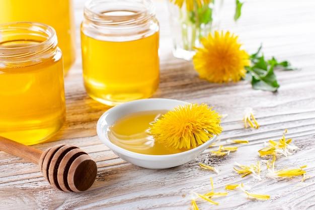 Miel ou sirop de pissenlit fait maison dans un bocal en verre