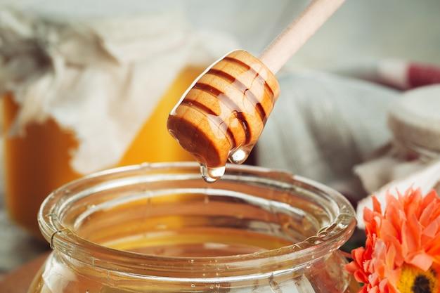 Miel sucré dans un bocal en verre