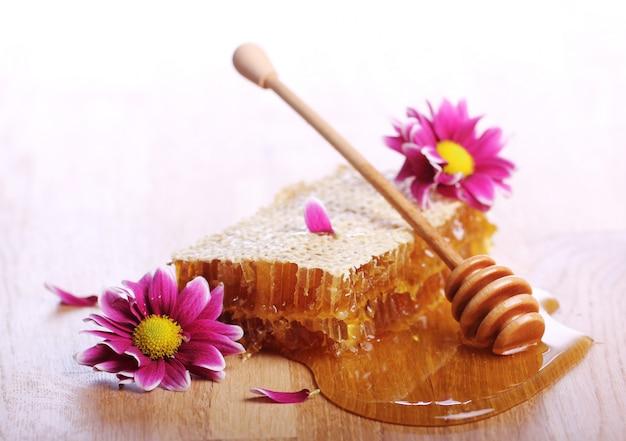 Miel sur la table en bois