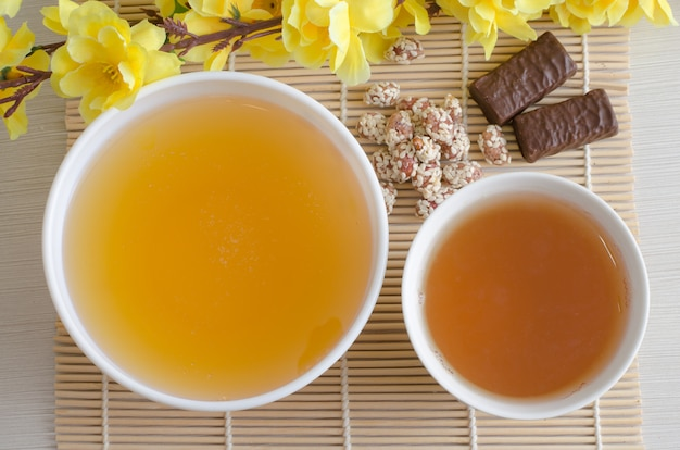 Miel et thé vert fleurs jaunes artificielles