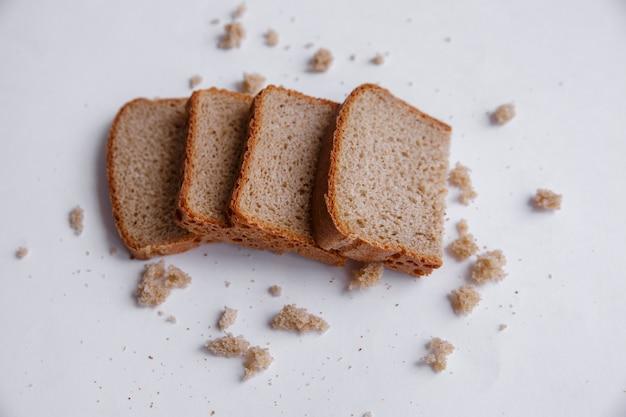 Des miettes et une tranche de pain se bouchent. boulangerie, concept alimentaire