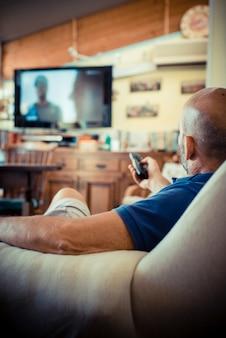 Miggle âge homme devant la télé