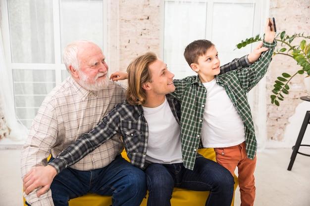 Mignon beau garçon prenant selfie avec famille
