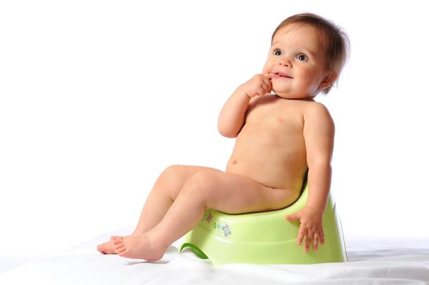 Mignon bébé assis sur pot
