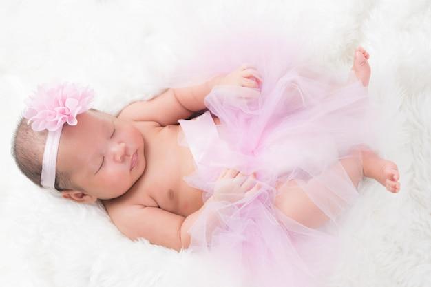 Mignon bébé nouveau-né est emmailloté dans une couverture blanche. vue rapprochée.