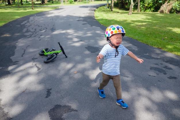 Mignon bouleversé stress triste malheureux petit enfant asiatique bébé garçon enfant pleurer après être tombé