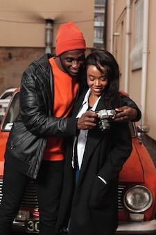 Mignon, couple afro-américain, regarder appareil-photo