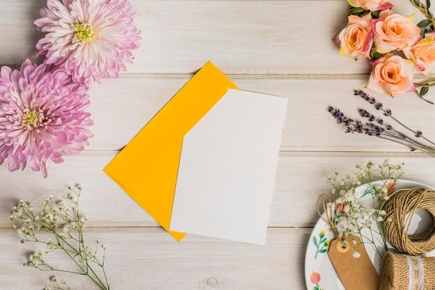 Mignon décor avec lettre et enveloppe
