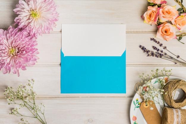 Mignon décoration florale avec lettre et enveloppe