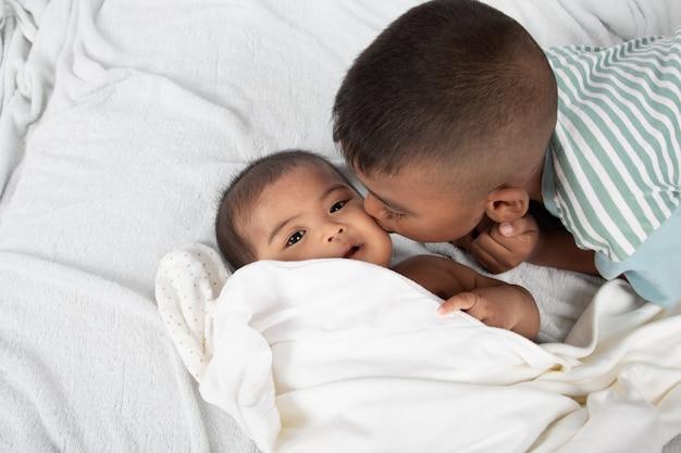 Mignon, deux, baiser frère
