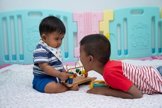 Mignon deux petit garçon joue dans la chambre