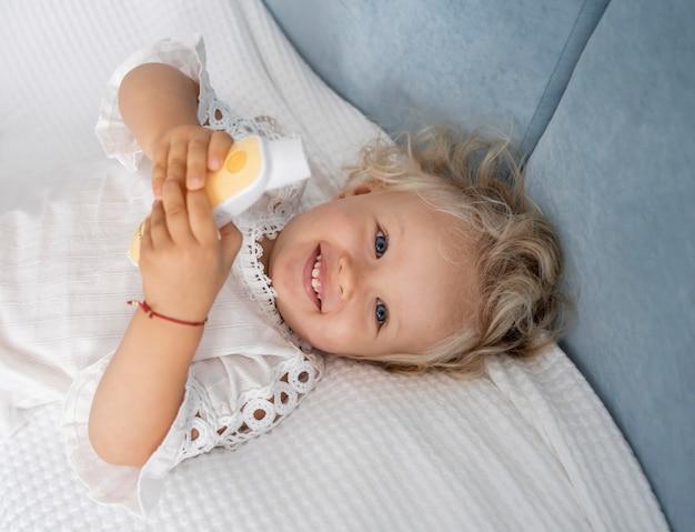 Mignon enfant heureux au lit