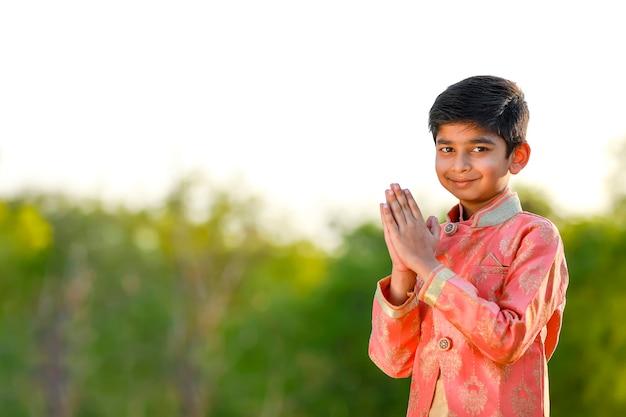 Mignon enfant indien sur l'usure traditionnelle