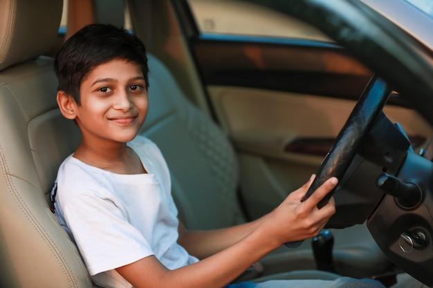 Mignon enfant indien en voiture
