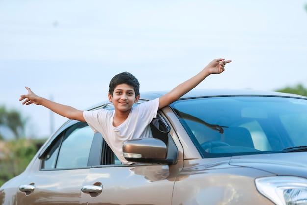 Mignon enfant indien avec voiture