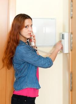 Mignon, femme, utilisation, maison, vidéophone, intérieur